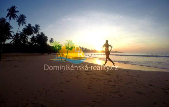 Individuální běhání, ranní jogging a cvičení na pláži v Dominikánské republice
